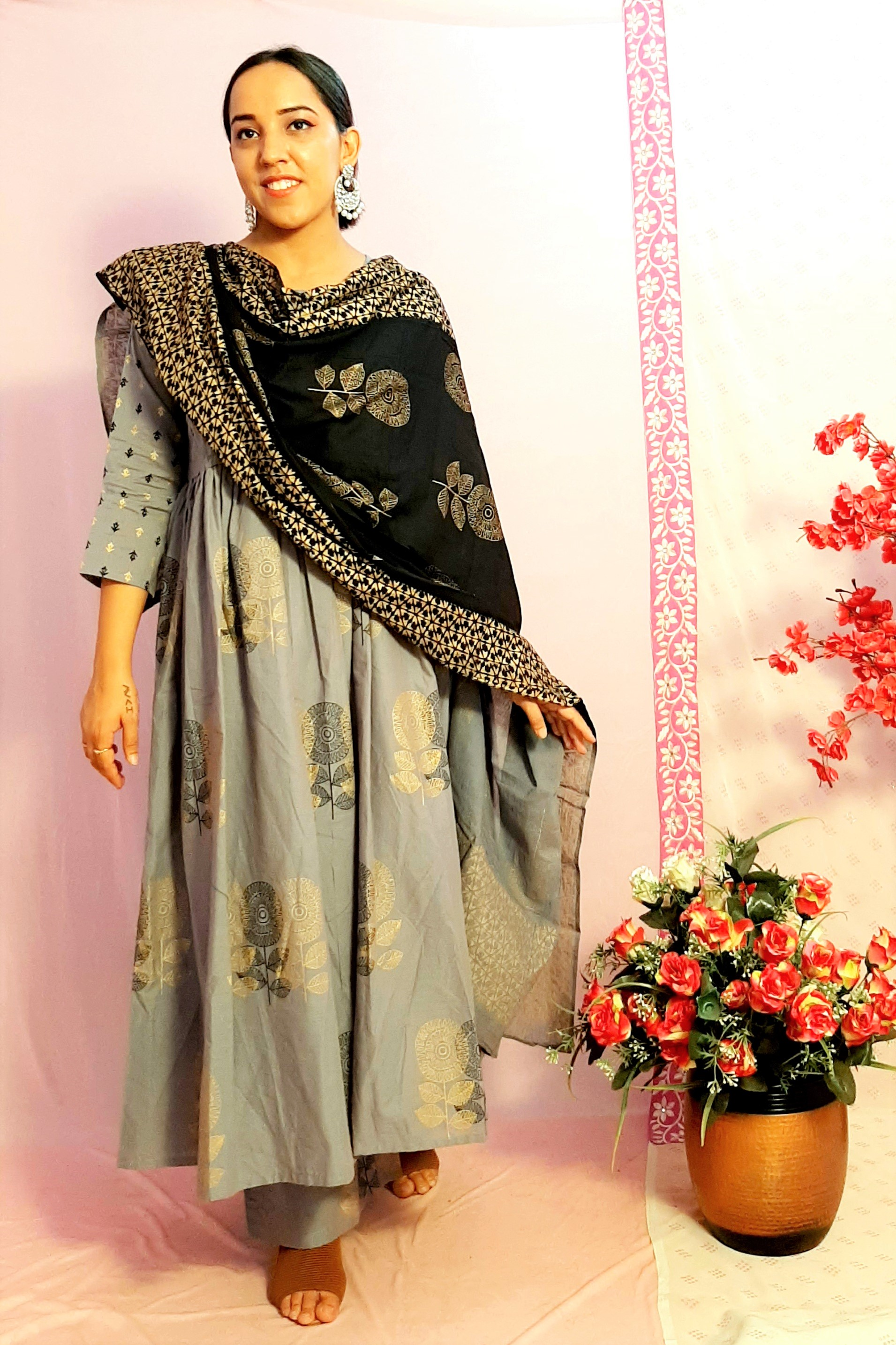 Folle Flair Grey Royal Suit Set With Pant And Black Heavy Dupatta